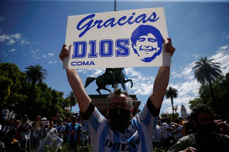 Kibice przed Pałacem Prezydenckim w Buenos Aires, gdzie wystawiono trumnę z ciałem Diego Maradony /Demian Alday Estévez/EFE /PAP