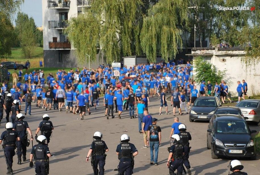 Kibice przyszli pod stadion choć wiedzieli, że nie zostaną wpuszczenia na trybuny /Policja