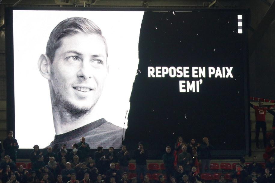 Kibice Rennes oddali hołd argentyńskiemu piłkarzowi /Eddy Lemaistre /PAP/EPA