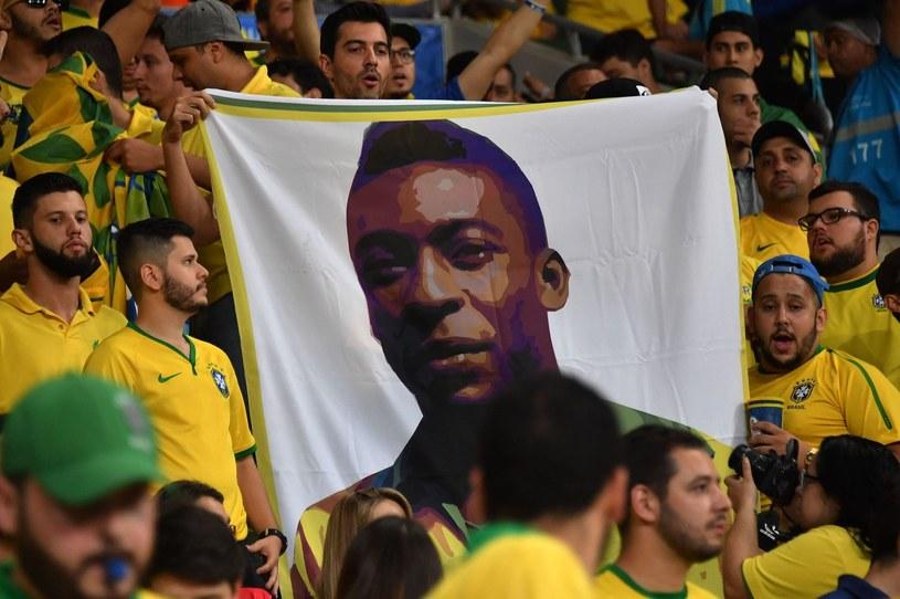 Kibice reprezentacji Brazylii z podobizną Pelego /AFP