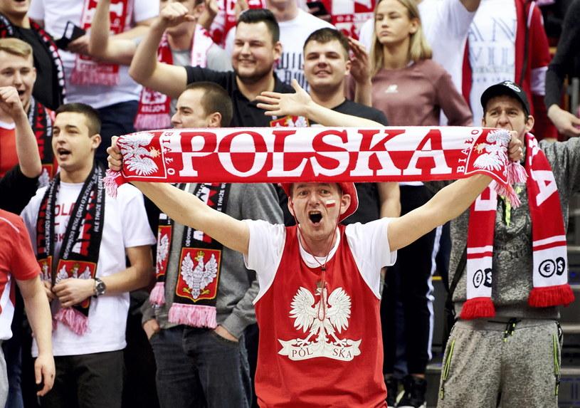 Kibice reprezentacji Polski podczas meczu eliminacyjnego mistrzostw świata koszykarzy z Holandią w Gdańsku /Adam Warżawa /PAP