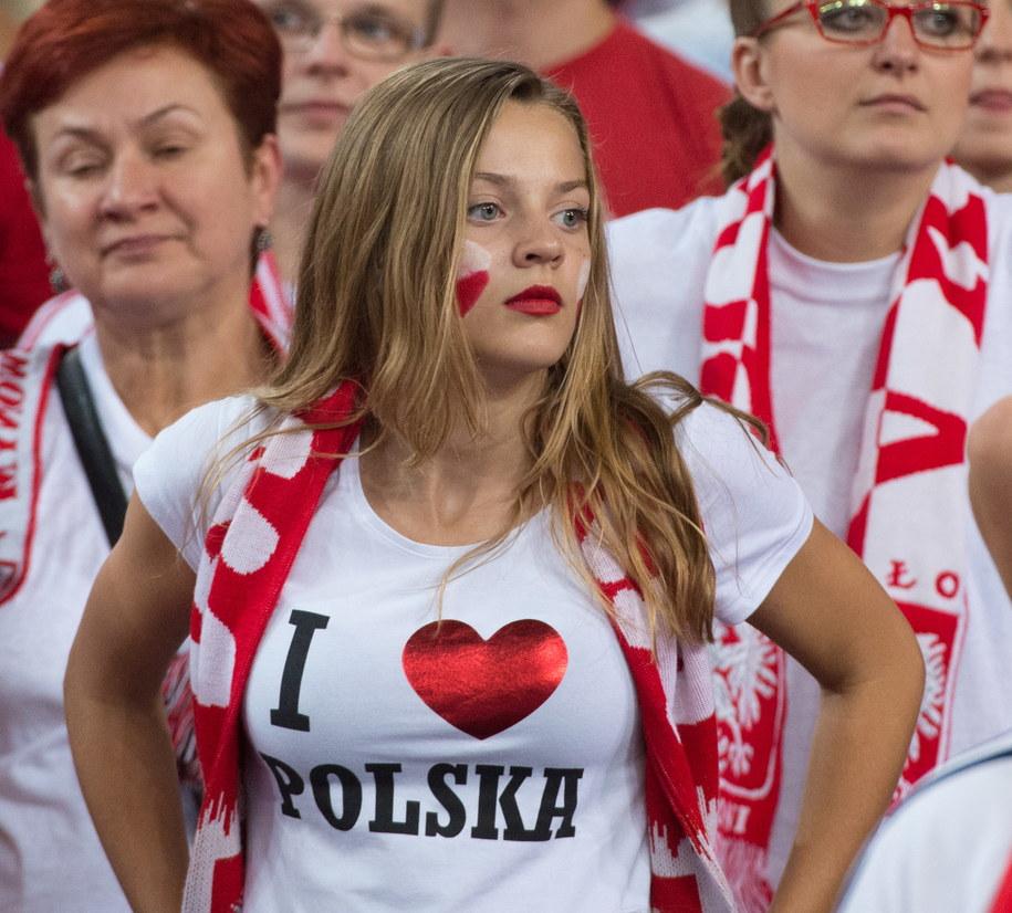 Kibice reprezentacji Polski podczas meczu z Rosją w grupie H mistrzostw świata siatkarzy w Łodzi /Grzegorz Michałowski /PAP