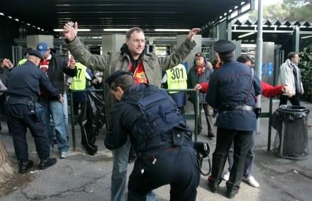 Kibice Romy przechodzą skrupulatną kontrolę przed wejściem na Stadio Olimpico /AFP