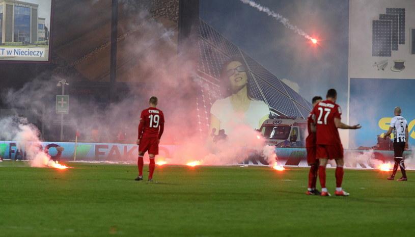 Kibice Sandecji przerwali mecz z Wisłą. /Stanisław Rozpędzik /PAP