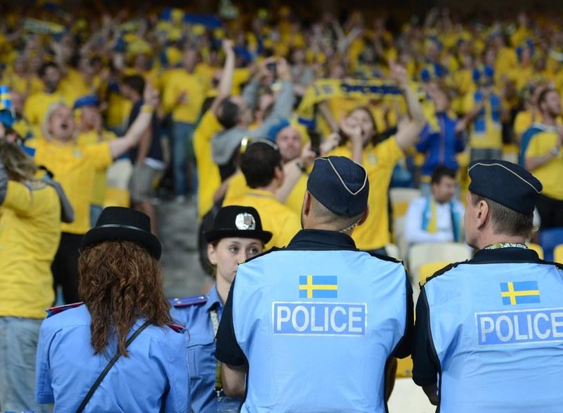 """Kibice """"Trzech Koron"""" obserwowani przez policjantów podczas Euro 2012 /- /AFP"""