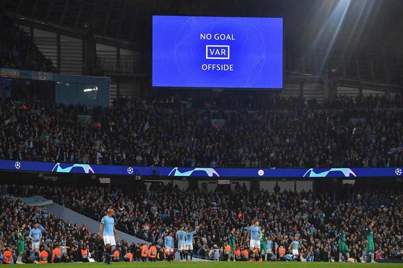 Kibice w Anglii zobaczą powtórki na telebimach? /AFP