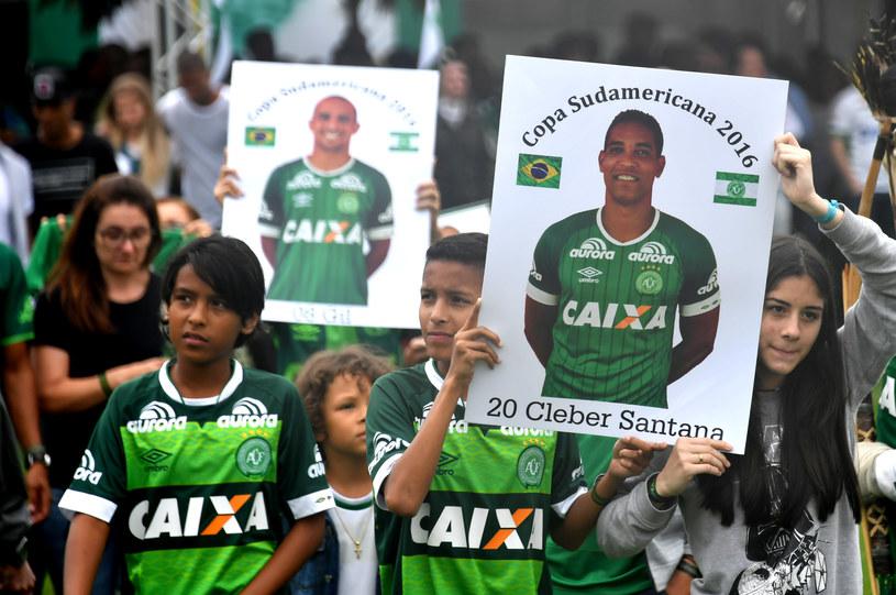 Kibice w Brazylii uczcili pamięć ofiar katastrofy żałobnym marszem /AFP