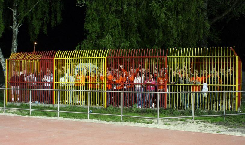 Kibice w klatce na meczu Znicza Pruszków z Zagłębiem Lubin, rok 2009. /Piotr Werewka /East News
