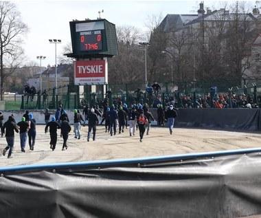 Kibice wbiegli na boisko, starli się z policją. Zadyma na meczu IV ligi [WIDEO]