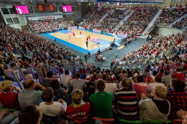 Kibice wypełnili do ostatniego miejsca nową halę w Lubinie podczas meczu Polska - Austria /Maciej Kulczyński /PAP