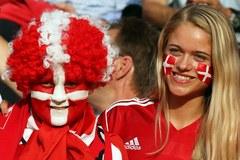 Kibice z Holandii i Danii dopingują piłkarzy