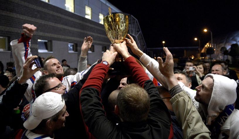 Kibice z Sanoka wraz z zawodnikami fetują zdobycie tytułu hokejowego mistrza Polski /Darek Delmanowicz /PAP