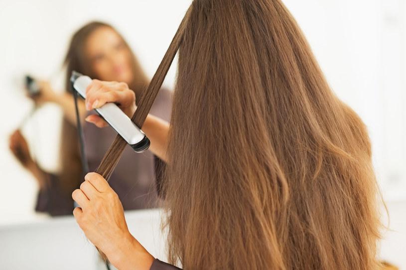 Kiedy już musimy działać na włosy ciepłem, to postarajmy się, aby temperatura podczas stylizacji była jak najniższa /123RF/PICSEL