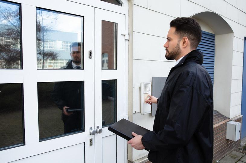 Kiedy komornik sądowy może zapukać do naszych drzwi? /123RF/PICSEL