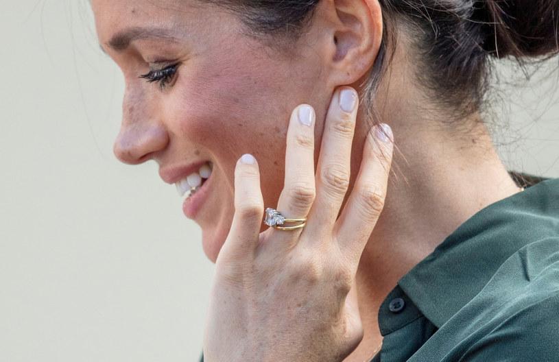 Kiedy książę Harry oświadczył się Meghan, sprezentował jej oszałamiający kwadratowy pierścionek z brylantem własnego projektu /East News