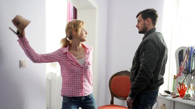 Kiedy Michał zjawi się w apartamencie dziewczyny, by ją aresztować, ta niespodziewanie ogłuszy go i zaciągnie do łazienki /Agencja W. Impact