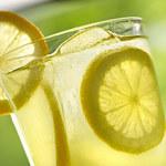 Kiedy najlepiej pić wodę z cytryną? Czy i kiedy może zaszkodzić?