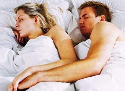 Kiedy obudzimy się zlane potem warto mieć kogoś przy sobie /INTERIA.PL