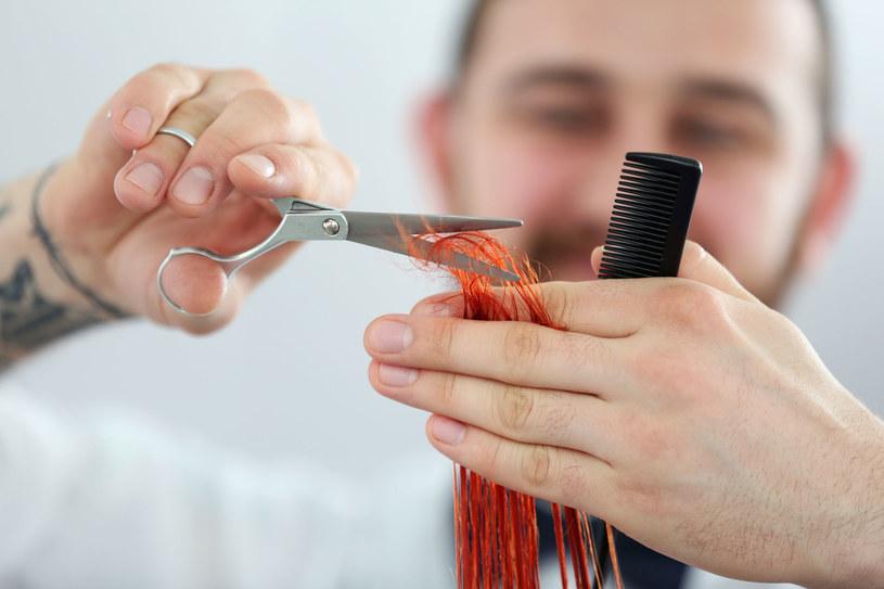 Kiedy podcinamy końcówki, pozbywamy się zniszczeń, co sprawia, ze włosy optycznie wyglądają na dłuższe /123RF/PICSEL