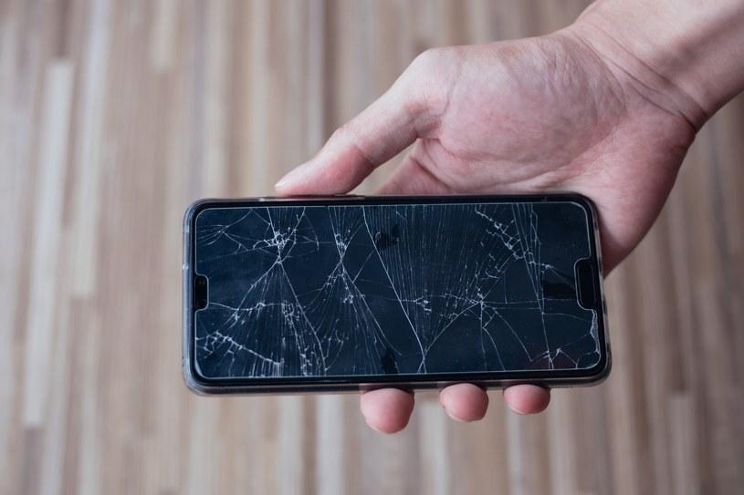 Kiedy smartfon działa na maksymalnym podświetleniu, niektóre drobne zanieczyszczenia ekranu lub jego drobne ryski mogą nie być widoczne /materiały promocyjne