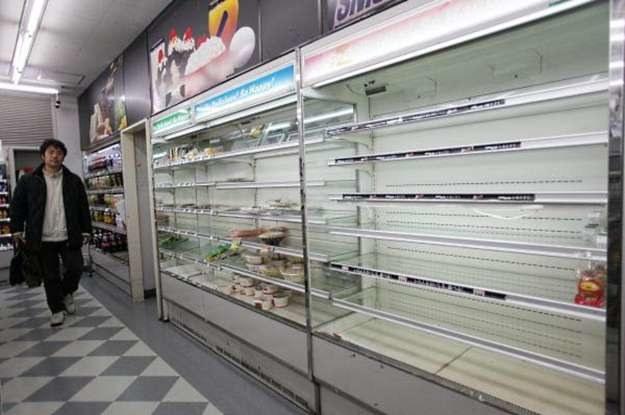 Kiedy w sklepach są braki, nie myśli się o gadżetach. Jednak poza Japonią życie toczy się  normalnie /AFP