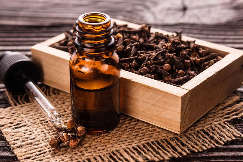 Kiedy warto stosować olejek goździkowy? /©123RF/PICSEL