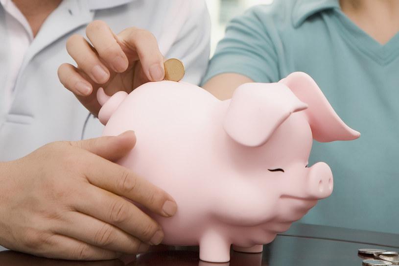 Kiedy warto zacząć oszczędzać? /© Glowimages