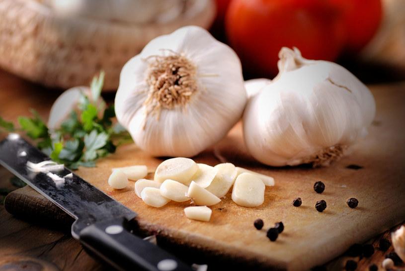 Kiedy warto zmniejszyć ilość czosnku w diecie? /123RF/PICSEL
