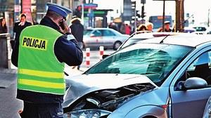 Kiedy wezwać policję do zdarzenia drogowego? Wyjaśniamy, kiedy trzeba, warto i... nie warto