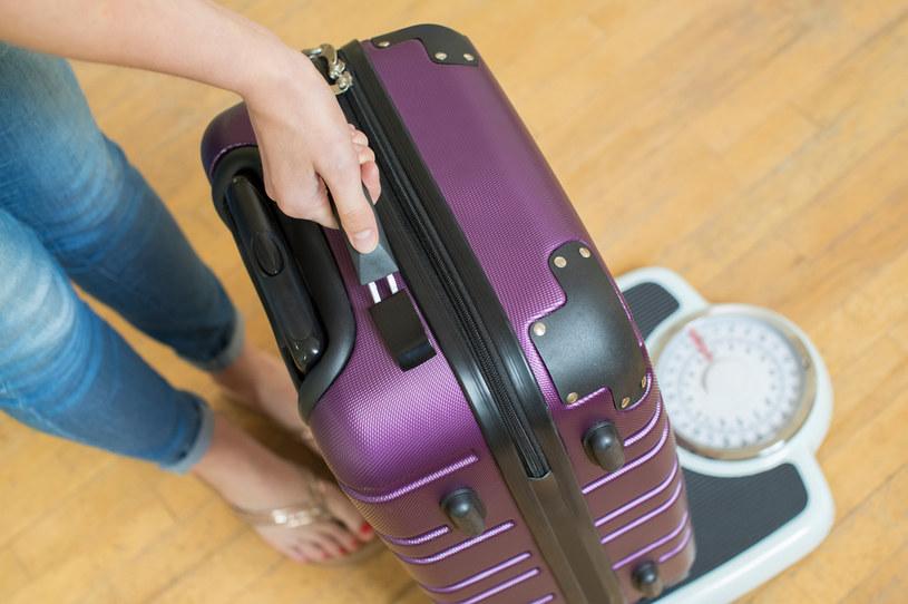Kiedy wracamy z wakacyjnego wyjazdu, w naszym bagażu często przewozimy pamiątki z podróży /123RF/PICSEL