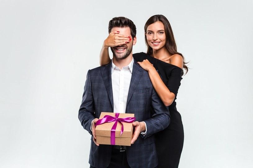 Kiedy zastanawiamy się nad idealnym prezentem dla najbliższego mężczyzny, dobrze postawić na estetyczny zegarek męski /materiały promocyjne