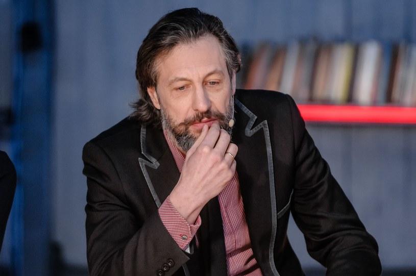 """""""Kiedyś mama dostała podwyżkę emerytury – 17 złotych. Zadzwoniła do mnie: Szymon zapraszam cię na kawę!"""" /Tomasz Urbanek /East News"""