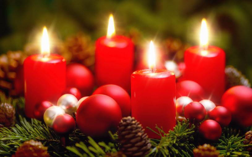 Kiedyś świece były obowiązkowym elementem wieńca adwentowego /123RF/PICSEL
