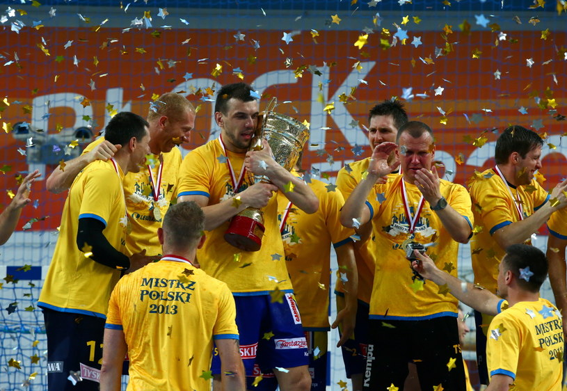 Kieleccy szczypiorniści wywalczyli dziesiąty w historii i drugi z rzędu tytuł mistrza Polski /Fot. Marcin Bednarski /PAP