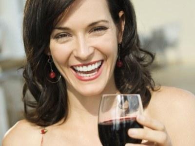 Kieliszek czerwonego wina dziennie zapobiega chorobie wieńcowej  /© Panthermedia