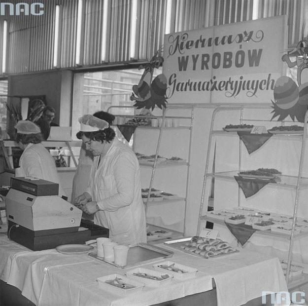 Kiermasz ciast i wyrobów garmażeryjnych w Supersamie /Z archiwum Narodowego Archiwum Cyfrowego