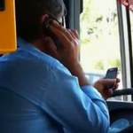 Kierował autobusem łokciami. W rękach trzymał telefony