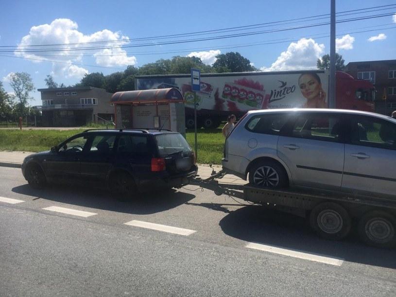 Kierowca bez prawa jazdy ciągnął na lawecie auto, w którym siedziały dzieci /Policja /