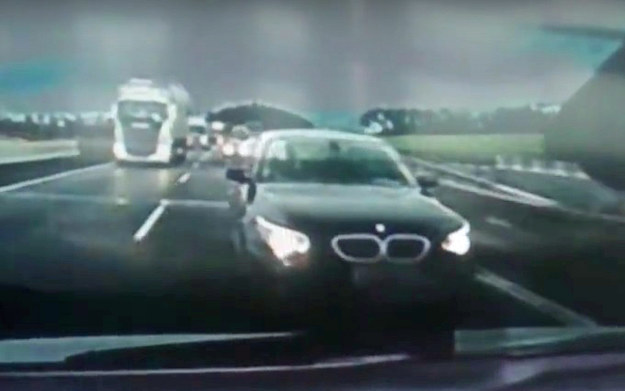 Kierowca BMW musiał poczekać aż kilka sekund, aby jadący autem z kamerą ustąpił mu miejsca /