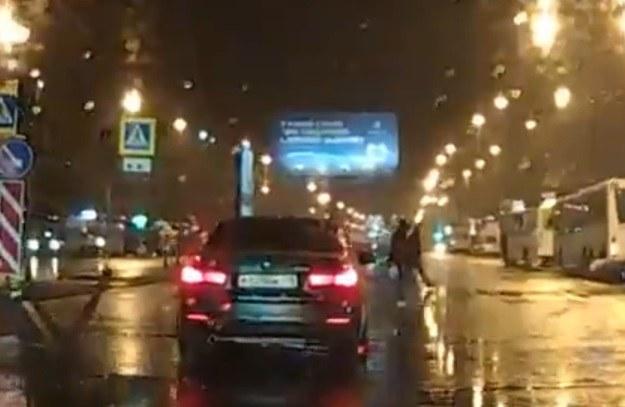 Kierowca BMW zahamował, aby przepuścić pieszych. Niestety inni kierowcy nie /
