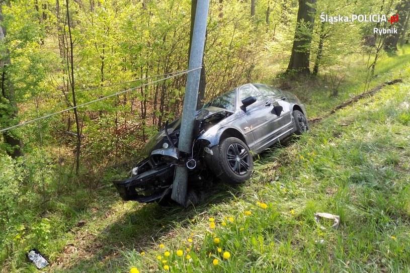 Kierowca BMW zjechał do rowu i uderzył w latarnię. W samochodzie znajdowała się kobieta w ciąży i dziecko /Policja