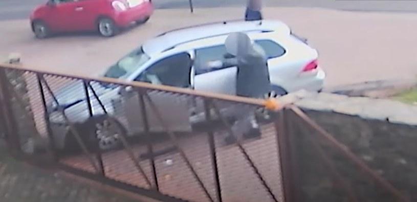 Kierowca był tak pijany, że nie był w stanie ustać na nogach /POMORSKA POLICJA /YouTube