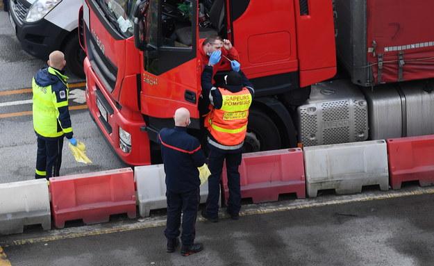 Kierowca ciężarówki transportowej przechodzi test Covid-19 w porcie Dover w Dover / ANDY RAIN    /PAP/EPA