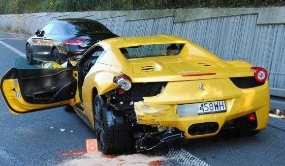 Kierowca ferrari miał dużo szcześcia /