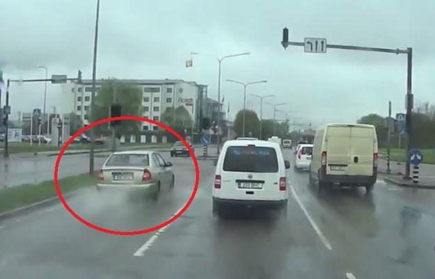 Kierowca Hyundaia postanowił wyprzedzić pasem do skrętu w lewo /