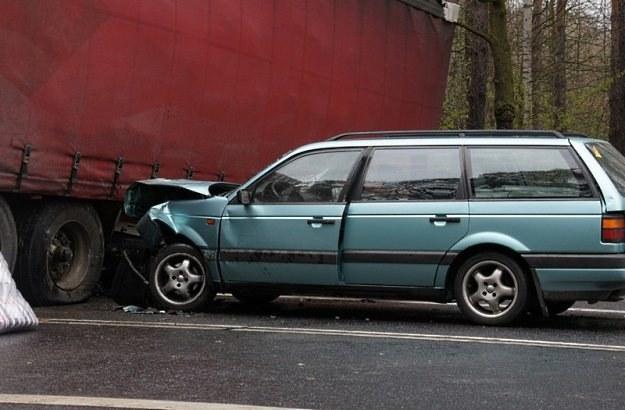 Kierowca i pasażer passata są ranni / Fot: Piotr Twardysko /Reporter