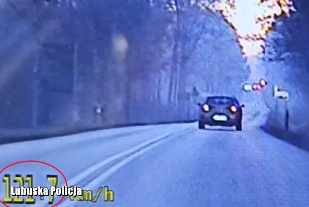 Kierowca jechał 121 km/h w miejscu z ograniczeniem prędkości do 50 km/h /Policja