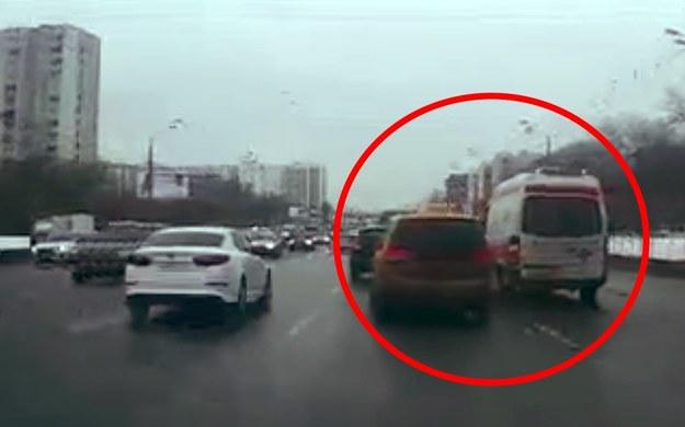 Kierowca karetki na sygnale chciał zmienić pas. Nie spodobało się to taksówkarzowi /