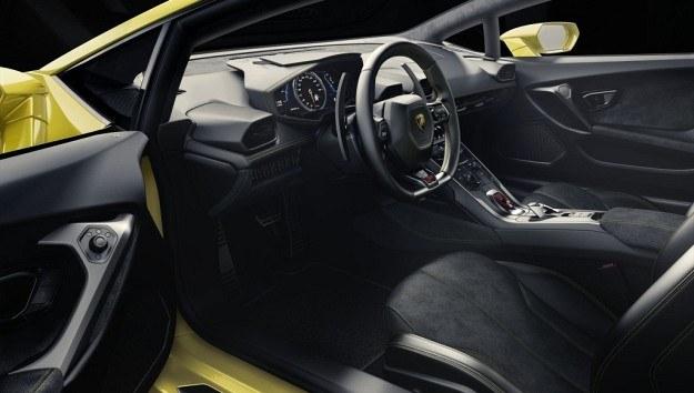 Kierowca Lamborghini ma przed sobą panel wskaźników wyświetlany na 12,3-calowym ekranie. /Lamborghini