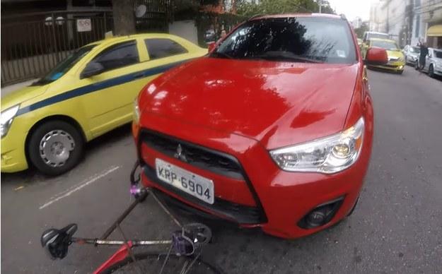 """Kierowca Mitsubishi ASX postanowił """"ukarać"""" rowerzystę, przejeżdżając mu po rowerze /"""